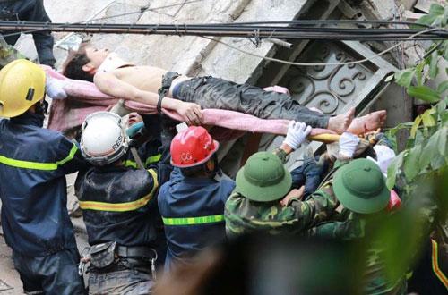 Sập nhà 4 tầng giữa Thủ đô: 2 người tử vong - 6