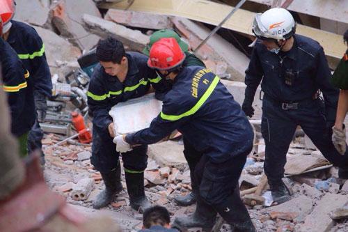 Sập nhà 4 tầng giữa Thủ đô: 2 người tử vong - 16