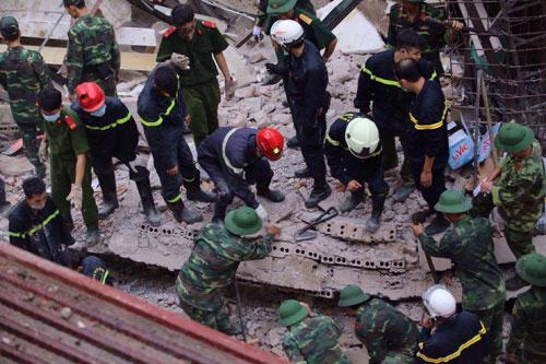 Sập nhà 4 tầng giữa Thủ đô: 2 người tử vong - 17