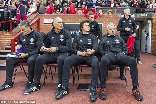 Hy hữu: Mourinho phải ngồi ghế nhựa chỉ đạo MU - 1