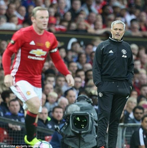 Hy hữu: Mourinho phải ngồi ghế nhựa chỉ đạo MU - 3