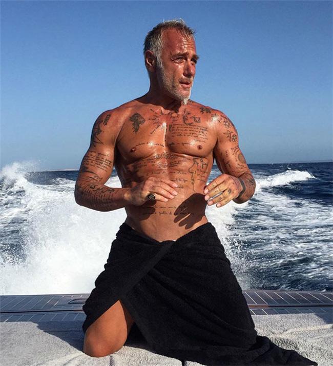 Dù đã 49 tuổi, Vacchi vẫn giữ được thân hình tượng đồng săn chắc.