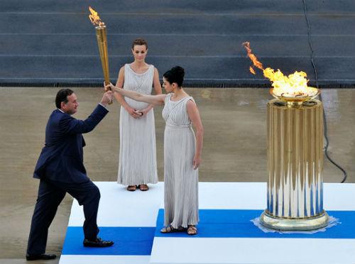 Ai châm đuốc đài lửa Olympic? - 1