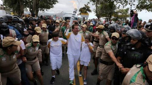Tin nóng Olympic 4/8: Đánh nhau loạn xạ ngày đuốc đến Rio - 3