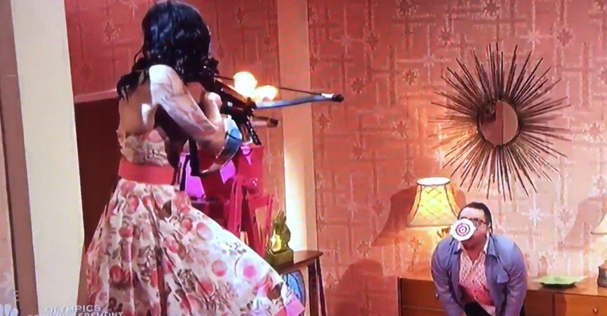 Hết hồn tai nạn vợ bắn tên vào cổ chồng trên truyền hình - 1