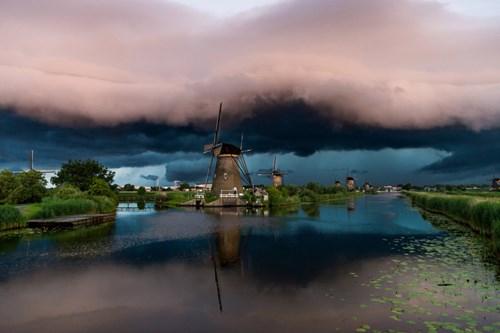 Ảnh đẹp ma mị về trận bão khổng lồ tại làng cối xay gió - 5