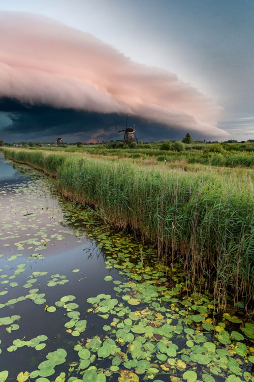 Ảnh đẹp ma mị về trận bão khổng lồ tại làng cối xay gió - 1