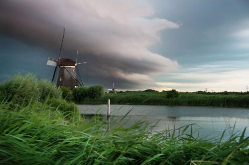 Ảnh đẹp ma mị về trận bão khổng lồ tại làng cối xay gió - 2