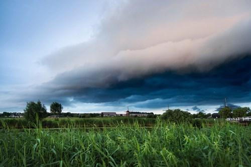 Ảnh đẹp ma mị về trận bão khổng lồ tại làng cối xay gió - 3
