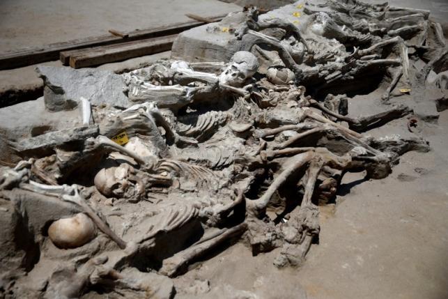 Bí ẩn 80 bộ xương người bị trói tay bằng xích ở Hy Lạp - 5