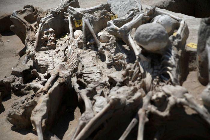 Bí ẩn 80 bộ xương người bị trói tay bằng xích ở Hy Lạp - 4