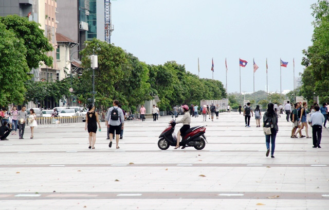 Xe máy phóng trên phố đi bộ ở Sài Gòn, du khách ngán ngẫm - 1