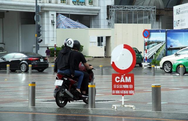 Xe máy phóng trên phố đi bộ ở Sài Gòn, du khách ngán ngẫm - 2
