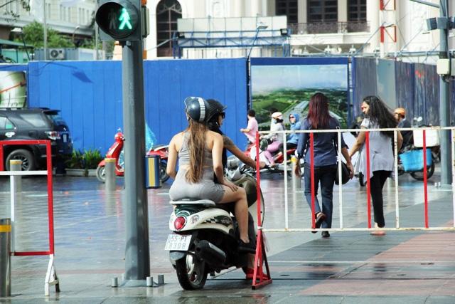 Xe máy phóng trên phố đi bộ ở Sài Gòn, du khách ngán ngẫm - 3