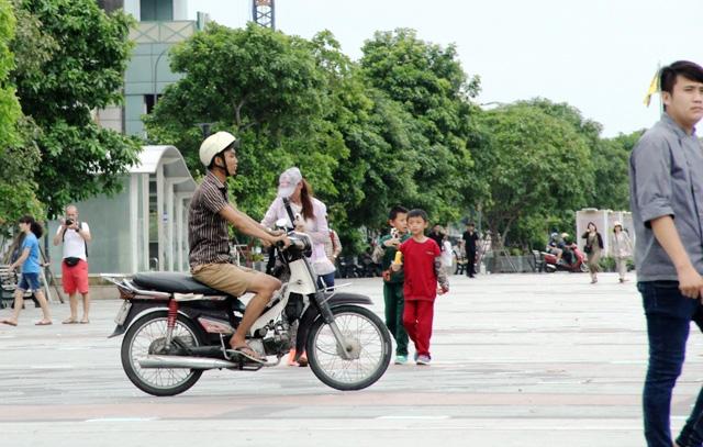 Xe máy phóng trên phố đi bộ ở Sài Gòn, du khách ngán ngẫm - 4