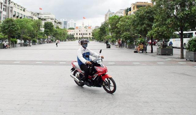 Xe máy phóng trên phố đi bộ ở Sài Gòn, du khách ngán ngẫm - 5