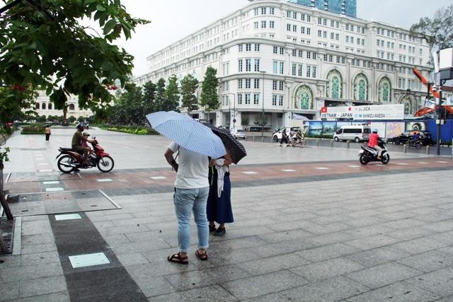 Xe máy phóng trên phố đi bộ ở Sài Gòn, du khách ngán ngẫm - 6