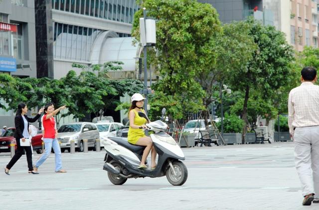 Xe máy phóng trên phố đi bộ ở Sài Gòn, du khách ngán ngẫm - 7