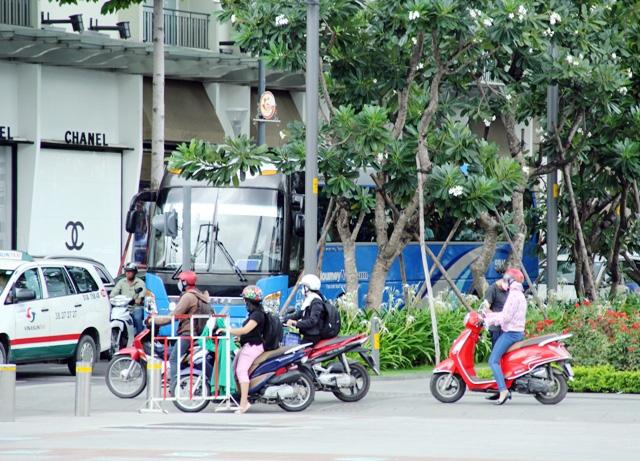 Xe máy phóng trên phố đi bộ ở Sài Gòn, du khách ngán ngẫm - 8