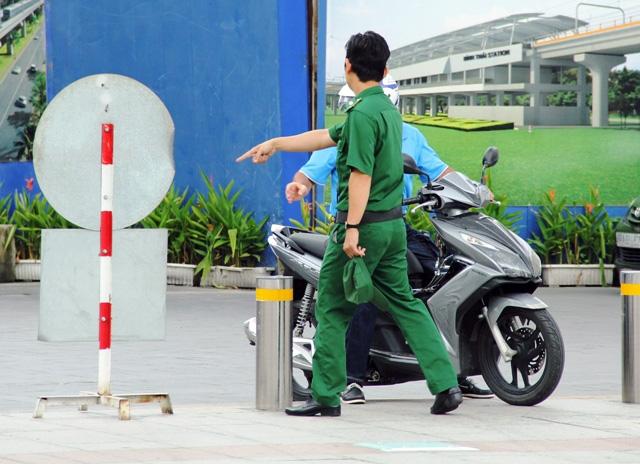 Xe máy phóng trên phố đi bộ ở Sài Gòn, du khách ngán ngẫm - 9
