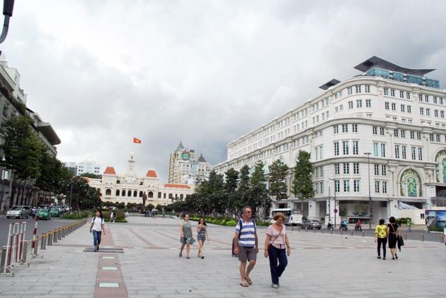 Xe máy phóng trên phố đi bộ ở Sài Gòn, du khách ngán ngẫm - 10