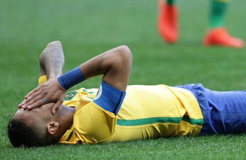 Hòa thất vọng, Neymar và đồng đội bị CĐV nhà la ó - 1