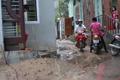 Hàng ngàn m3 bùn đất ập xuống khu dân cư - 2