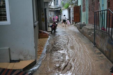 Hàng ngàn m3 bùn đất ập xuống khu dân cư - 3