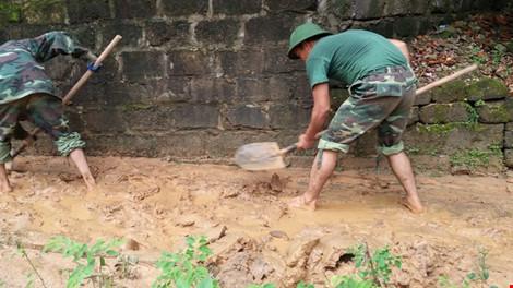 Hàng ngàn m3 bùn đất ập xuống khu dân cư - 4