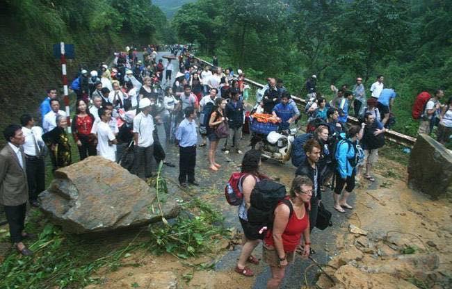 Sạt lở sau mưa lũ lớn, du khách mắc kẹt tại Sa Pa - 2