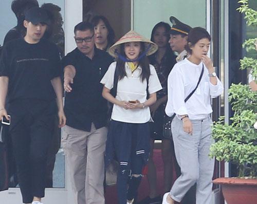 Fan Việt đội mưa đón cô gái xinh đẹp nhất nhóm 2NE1 - 6