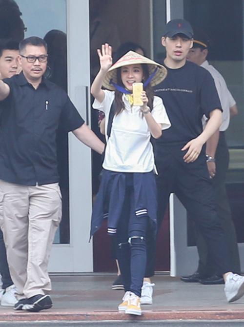 Fan Việt đội mưa đón cô gái xinh đẹp nhất nhóm 2NE1 - 7