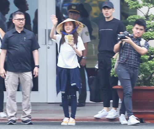 Fan Việt đội mưa đón cô gái xinh đẹp nhất nhóm 2NE1 - 8