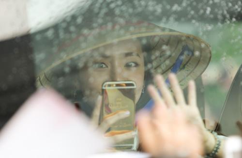 Fan Việt đội mưa đón cô gái xinh đẹp nhất nhóm 2NE1 - 10