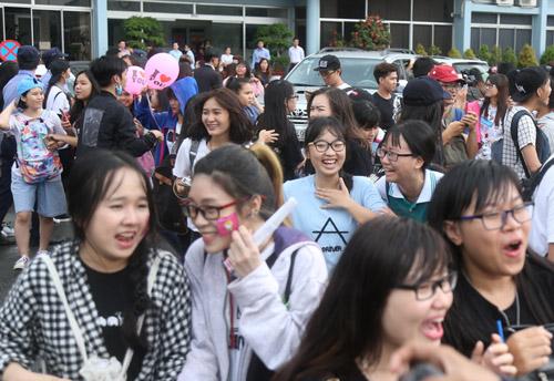 Fan Việt đội mưa đón cô gái xinh đẹp nhất nhóm 2NE1 - 11