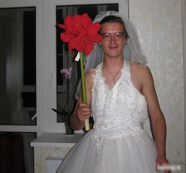 Hôm nay đám cưới em vui lắm các bác ạ.