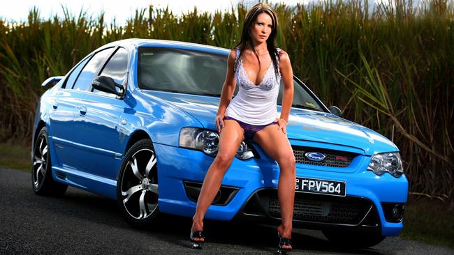 Chiếc xe Ford màu xanh làm nền cho người đẹp