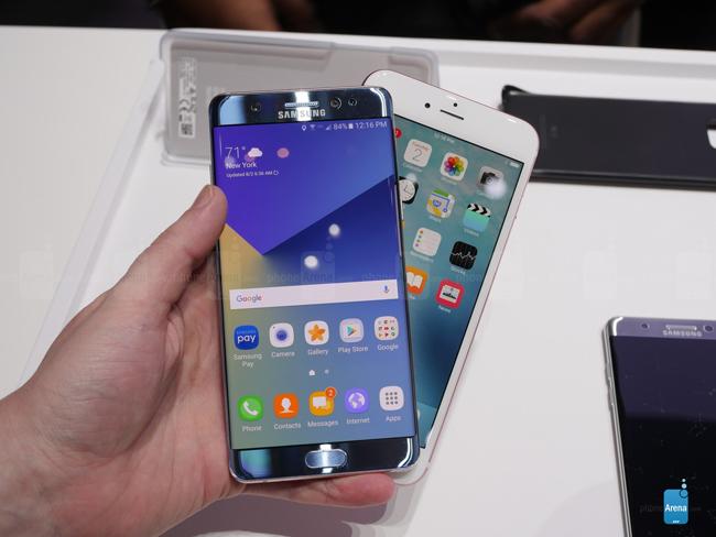 iPhone 6s Plus sở hữu màn hình 5,5 inch, trong khi Galaxy Note 7 có màn hình 5,7 inch. Nhưng đáng nói ở chỗ chiếc smartphone của Samsung nhìn vẫn nhỏ gọn và bắt mắt hơn thiết bị của Apple