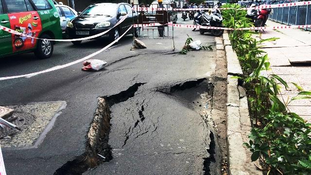"""Cấm đường tại khu vực xuất hiện """"hố tử thần"""" ở Sài Gòn - 1"""