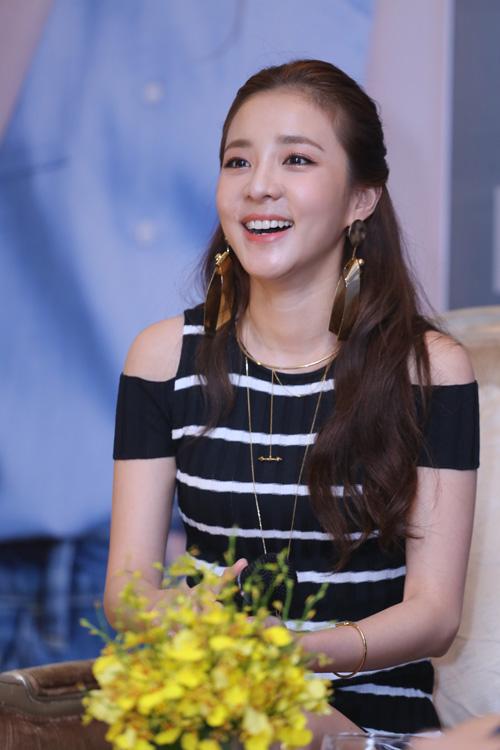 Cô nàng đẹp nhất 2NE1 thích ăn bánh mì và mặc áo dài Việt Nam - 2