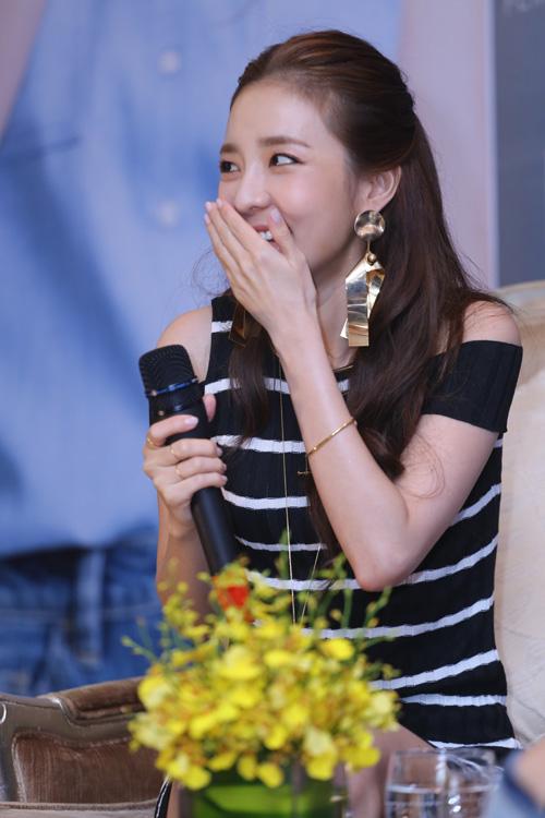 Cô nàng đẹp nhất 2NE1 thích ăn bánh mì và mặc áo dài Việt Nam - 3