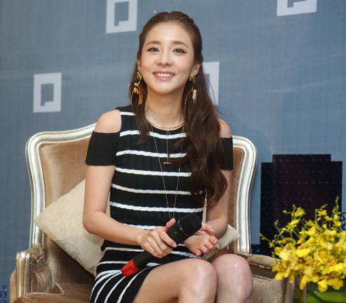Cô nàng đẹp nhất 2NE1 thích ăn bánh mì và mặc áo dài Việt Nam - 4