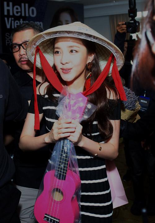 Cô nàng đẹp nhất 2NE1 thích ăn bánh mì và mặc áo dài Việt Nam - 5