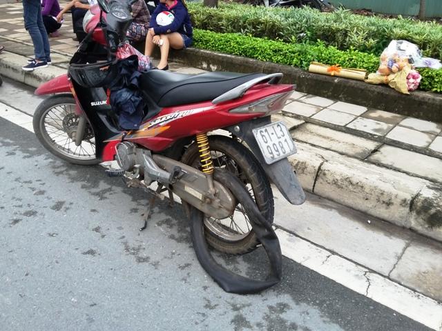 """Hàng chục xe máy dính """"bẫy"""" đinh trên đại lộ ở Sài Gòn - 1"""