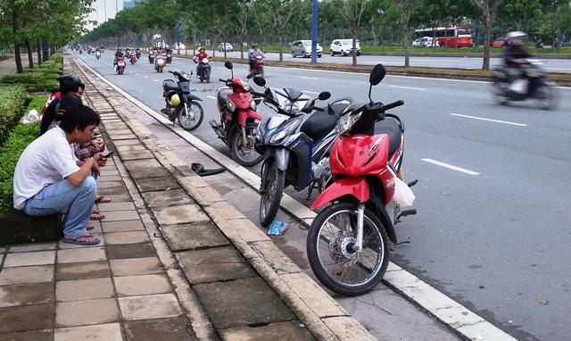 """Hàng chục xe máy dính """"bẫy"""" đinh trên đại lộ ở Sài Gòn - 2"""