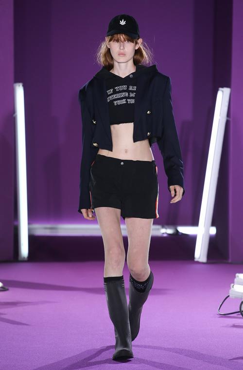 """Quần áo in """"tư thế yêu"""" gây xôn xao trên sàn catwalk - 10"""