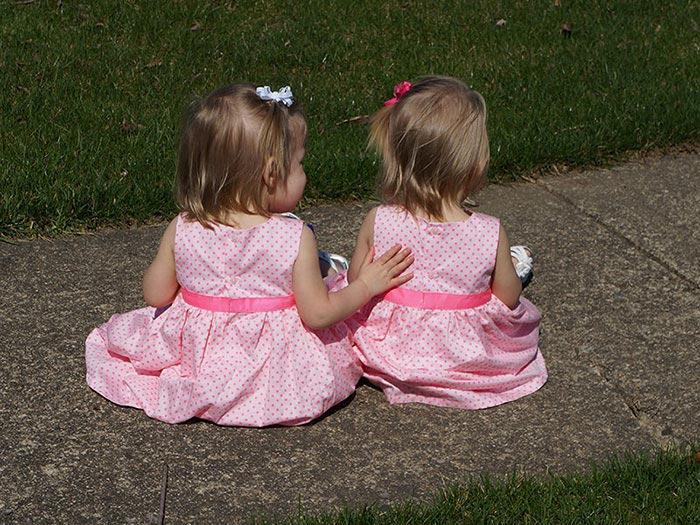 Cặp sinh đôi nắm tay nhau chào đời bây giờ ra sao? - 5