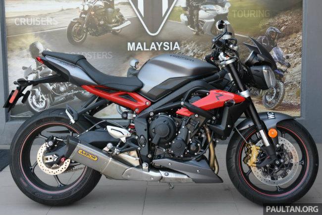 Sau thời gian dài, lần đầu tiên Street Triple 675R 2016 đã chính thức được phục vụ ở thị trường Malaysia. Đây là mẫu xe lá cờ đầu của Triumph tại thị trường này và đã trải qua mấy tháng liền đánh giá thử nghiệm.