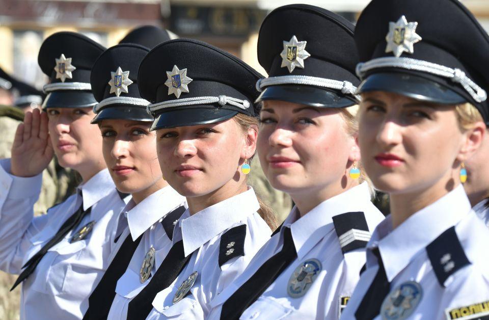 """Dàn nữ cảnh sát Ukraine hấp dẫn chụp """"tự sướng"""" trên phố - 1"""