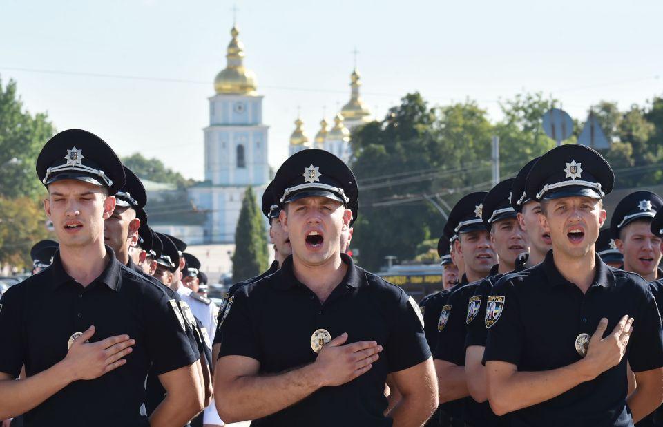 """Dàn nữ cảnh sát Ukraine hấp dẫn chụp """"tự sướng"""" trên phố - 7"""
